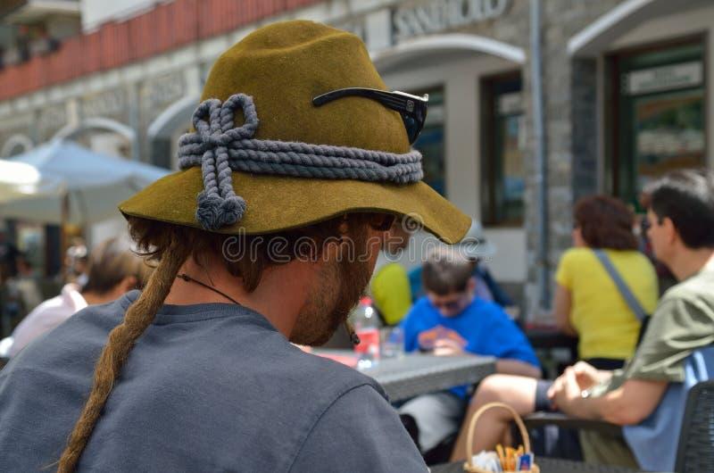 Cappello verde di una guida della montagna fotografie stock