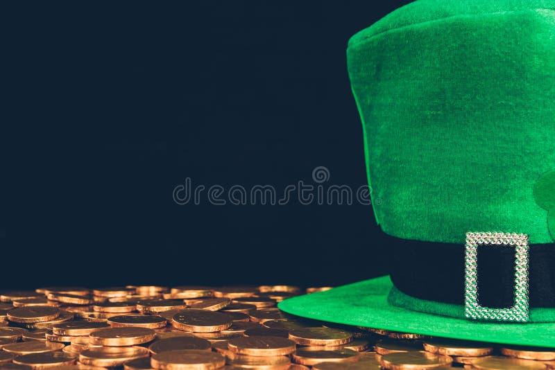 cappello verde sulle monete dorate immagine stock libera da diritti