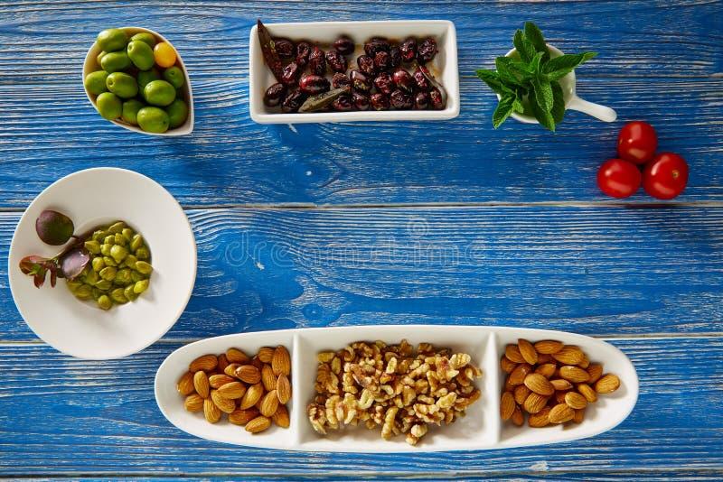 Capperi Mediterranei e dadi delle olive nere dei tapas fotografia stock libera da diritti
