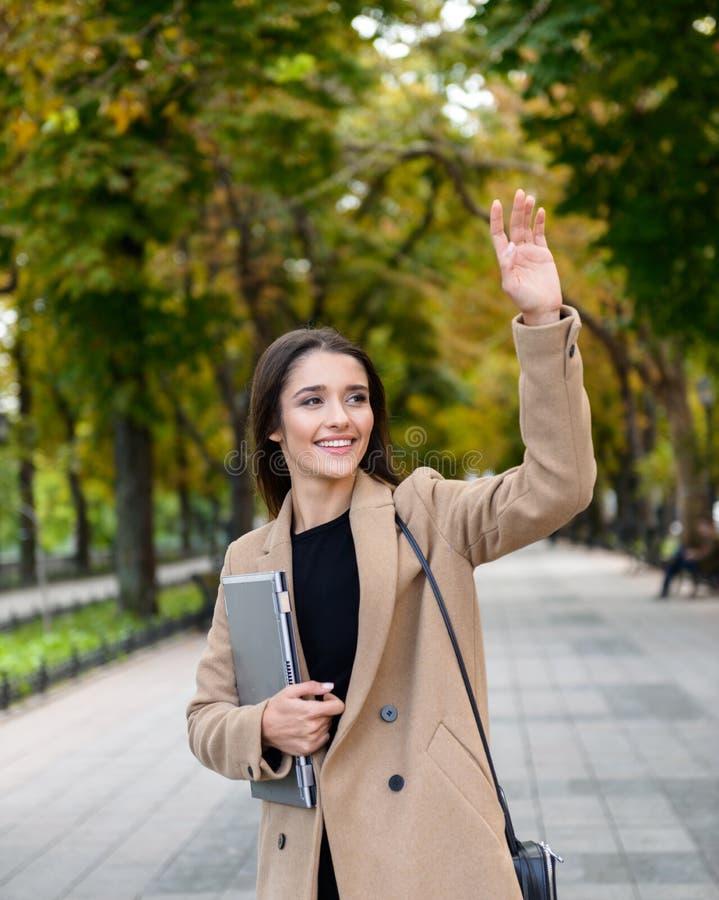 Cappotto d'uso di autunno della bella giovane donna di affari fotografia stock