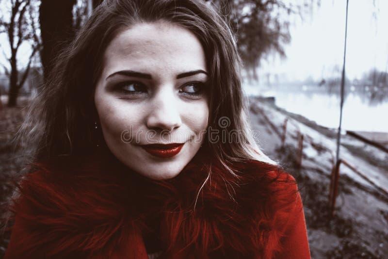 Cappotto da portare di inverno della ragazza teenager immagini stock libere da diritti