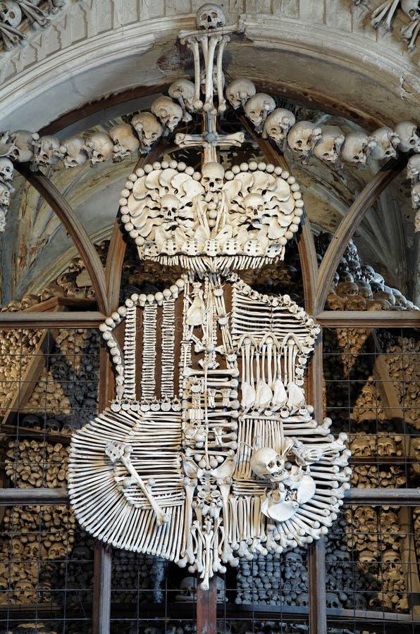 Cappotto-de-braccia fatte con le ossa in ossario di Sedlec immagini stock libere da diritti