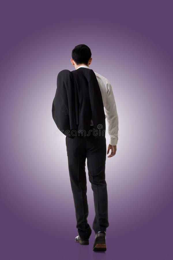 Cappotto della tenuta dell'uomo d'affari fotografia stock