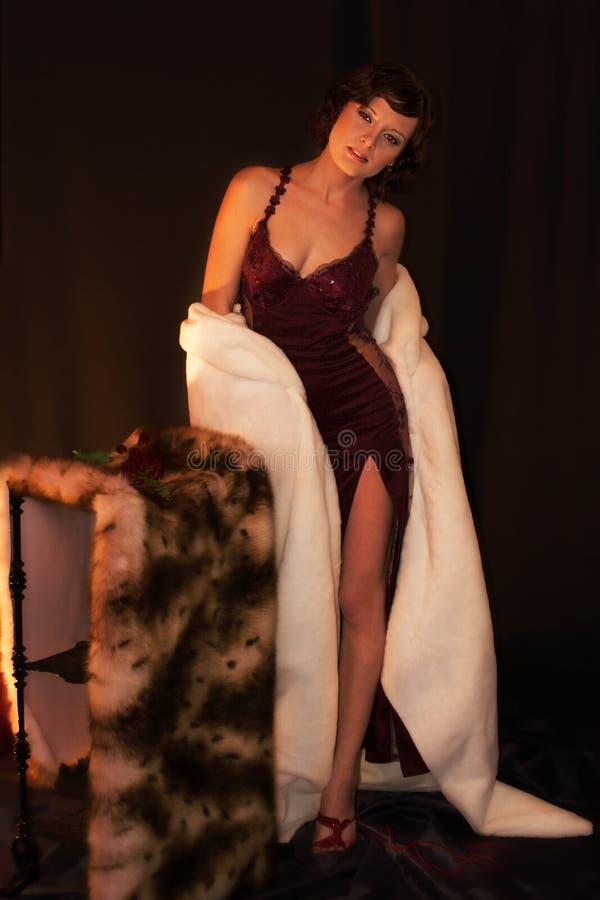 Cappotto di pelliccia da portare della donna sexy fotografie stock libere da diritti