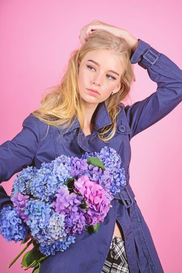Cappotto di usura del modello di moda della ragazza per la stagione di autunno e della primavera Tendenza di modo del trench Capp fotografia stock