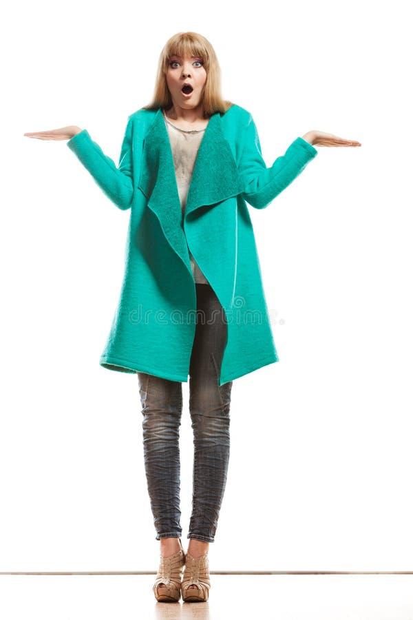 Cappotto di verde della donna che mostra le mani vuote fotografie stock libere da diritti