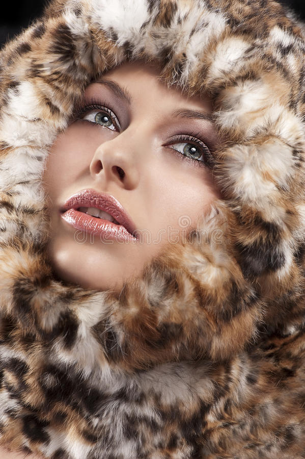 Cappotto simile a pelliccia della donna i fotografia stock libera da diritti