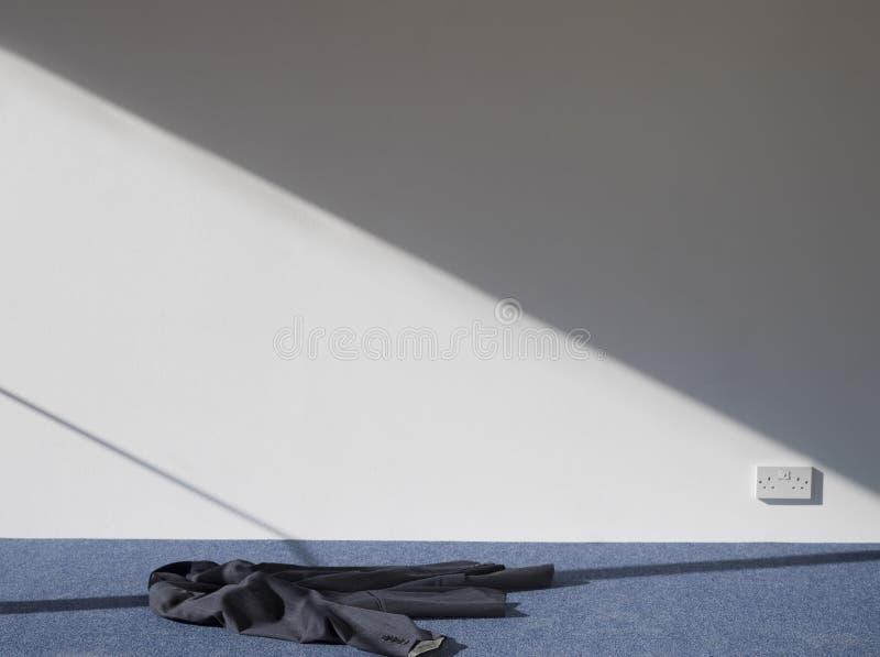 Cappotto sul pavimento tappezzato immagini stock