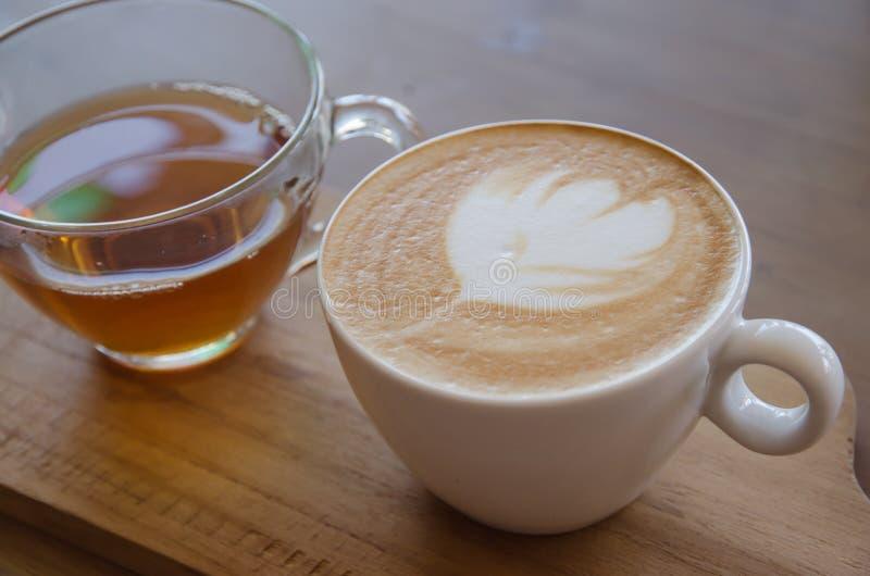 Cappuccino über Holztisch stockbild