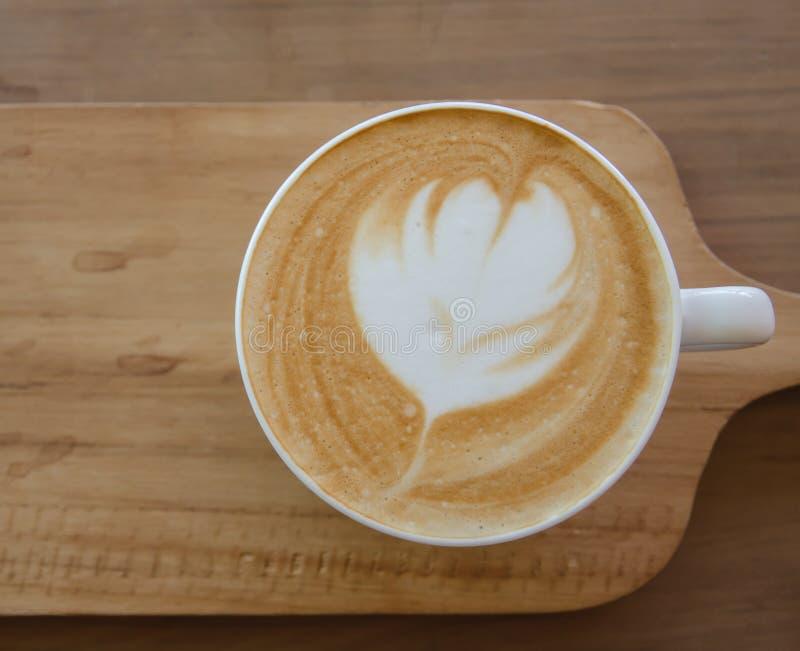 Cappuccino über Holztisch stockfotos