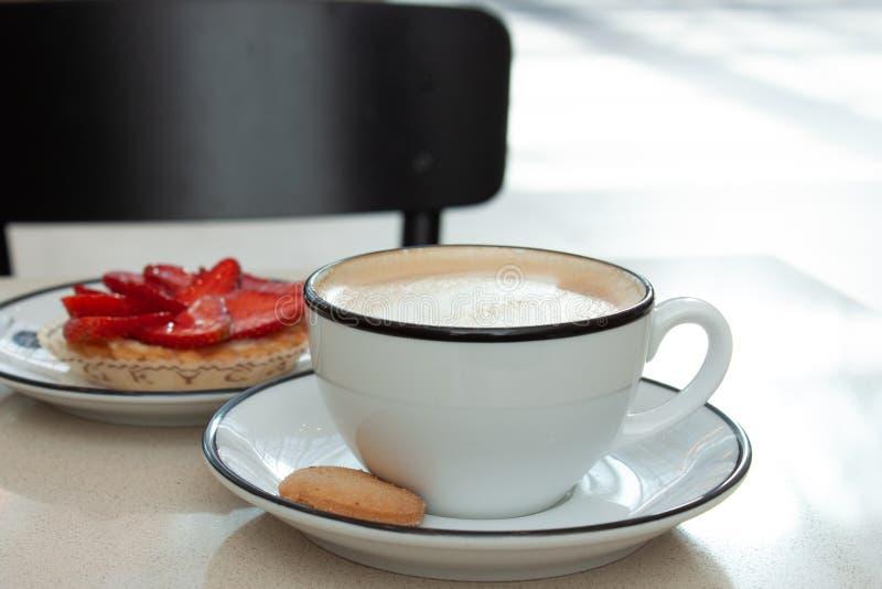 Cappuccino και φράουλα ξινά στοκ εικόνες