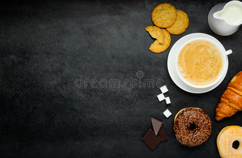 Cappuccino με Croissant και doughnut στο διάστημα αντιγράφων στοκ φωτογραφία με δικαίωμα ελεύθερης χρήσης