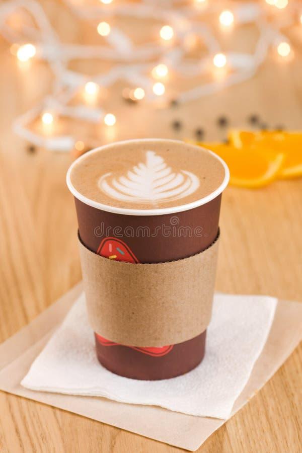 Cappuccino σε ένα take-$l*away φλυτζάνι στοκ φωτογραφία με δικαίωμα ελεύθερης χρήσης