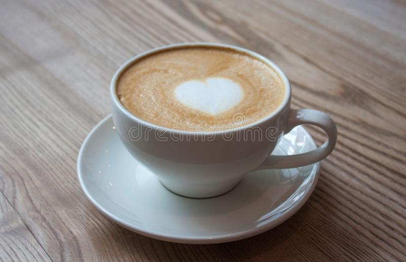 Cappuccino στον ελαφρύ ξύλινο πίνακα στοκ εικόνες με δικαίωμα ελεύθερης χρήσης