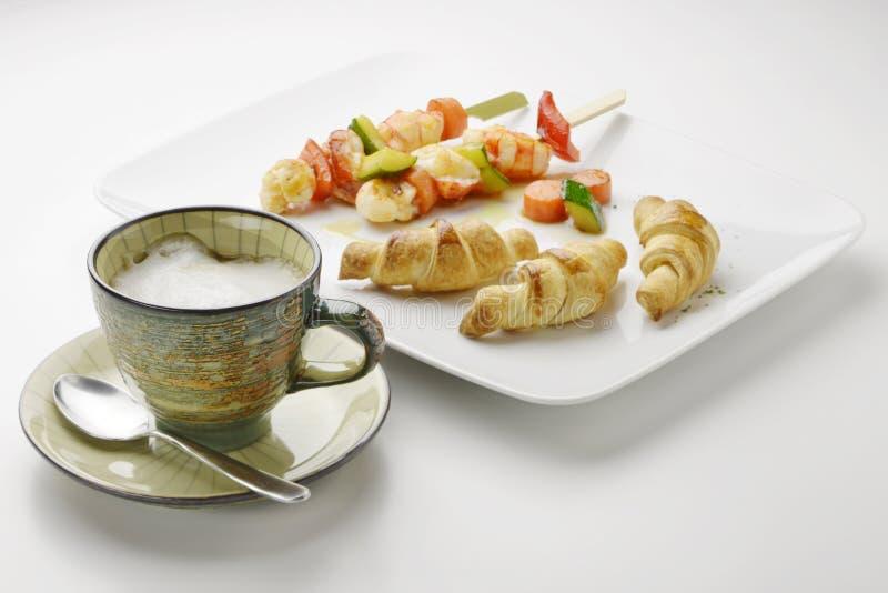 Cappuccino της πατάτας croissants και οβελίδια και λαχανικό γαρίδων στοκ εικόνες