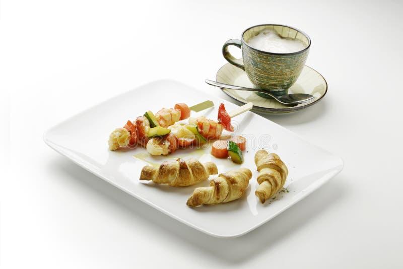Cappuccino της πατάτας croissants και οβελίδια και λαχανικό γαρίδων στοκ φωτογραφίες