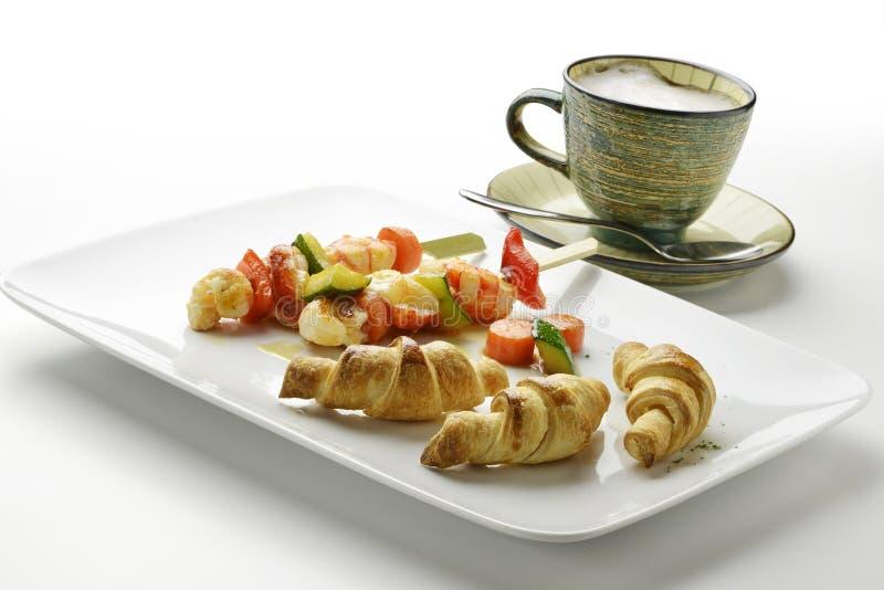Cappuccino της πατάτας croissants και οβελίδια και λαχανικό γαρίδων στοκ φωτογραφία με δικαίωμα ελεύθερης χρήσης