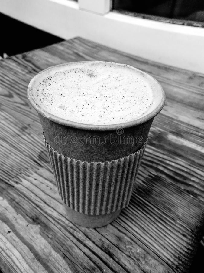 Cappuccino, φλυτζάνι εγγράφου, καφετερία, διάστημα αντιγράφων στοκ φωτογραφία