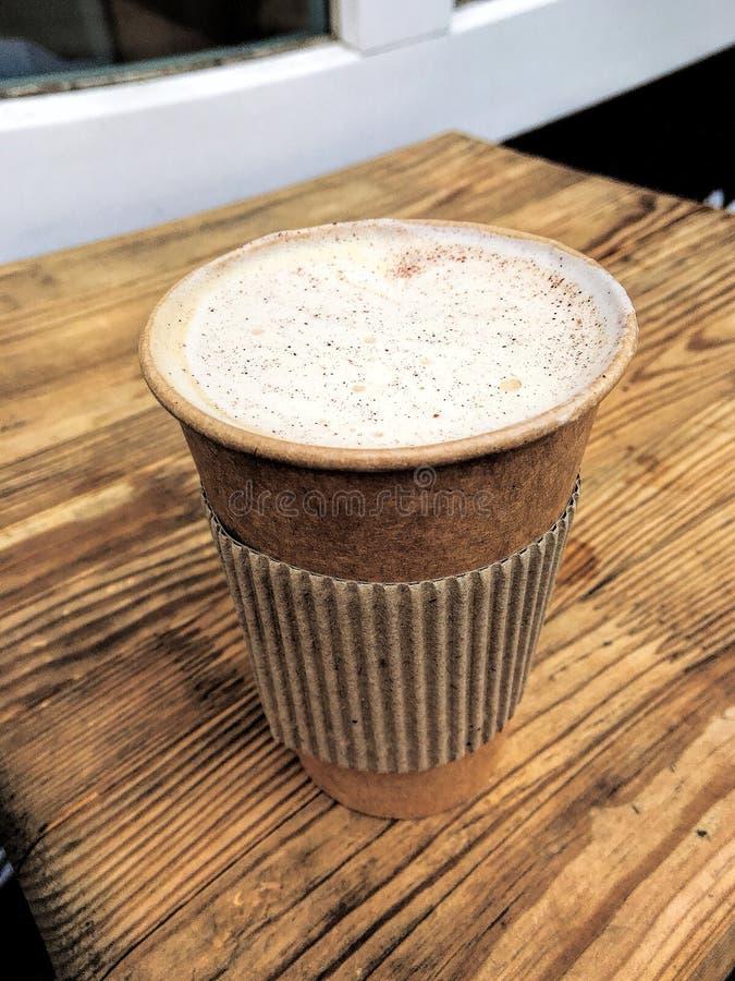 Cappuccino, φλυτζάνι εγγράφου, καφετερία, τοπ άποψη στοκ φωτογραφία