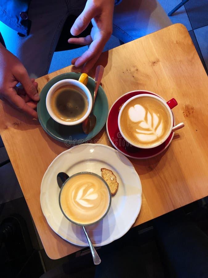 Cappuccino, americano και latte στον καφέ στοκ εικόνα με δικαίωμα ελεύθερης χρήσης