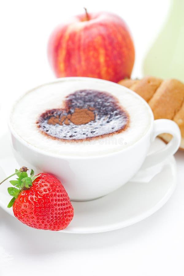 Cappuccino, Apfel, Hörnchen und Erdbeeren lizenzfreie stockbilder