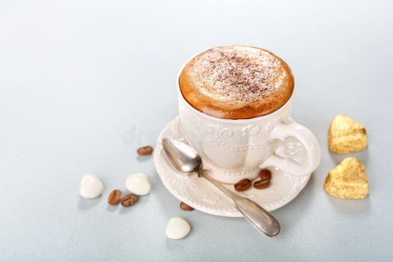 Cappuccino avec des bonbons au chocolat images stock