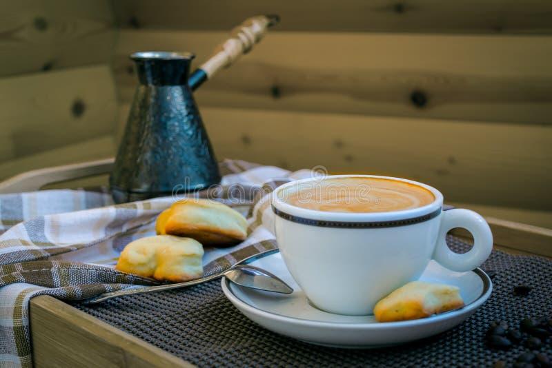 Cappuccino bielu filiżanka zdjęcie royalty free