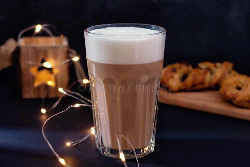 Cappuccino, café avec la mousse de lait étroitement  Boisson délicieuse image libre de droits