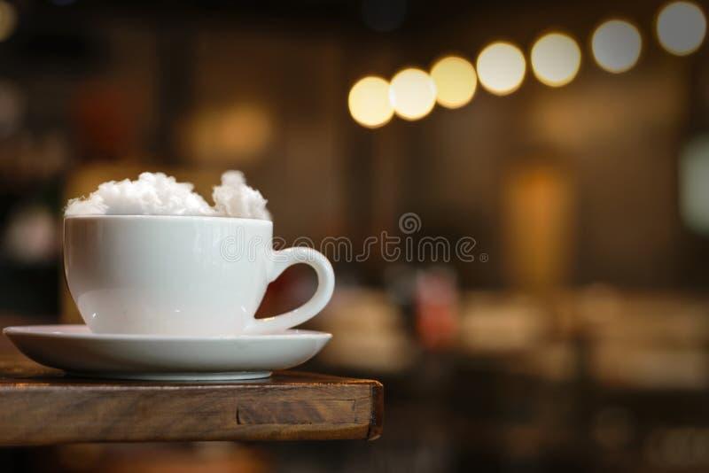 Cappuccino chaud de nuage de café en café photo libre de droits