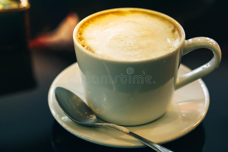 Cappuccino chaud potable de café dans le café photos libres de droits