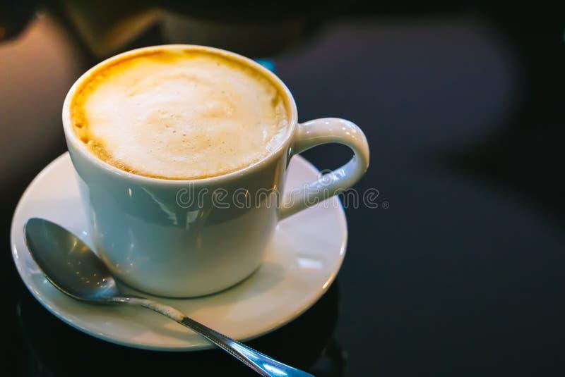 Cappuccino chaud potable de café dans le café images stock
