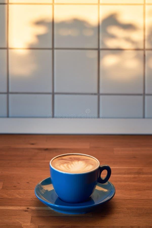 Cappuccino com arte do latte em uma bancada de madeira fotografia de stock