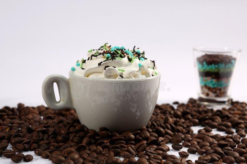 Cappuccino com doces imagens de stock