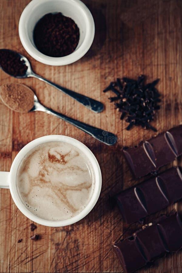 Cappuccino com especiarias e chocolate fotografia de stock royalty free