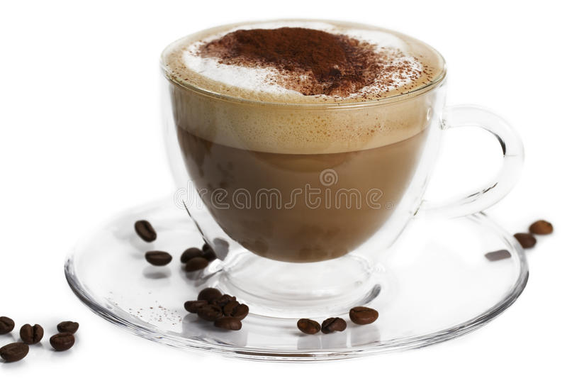 Cappuccino com pó de cacau e feijões no branco fotografia de stock royalty free