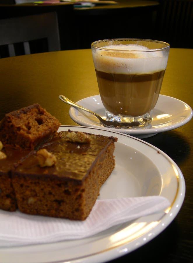 Cappuccino con el brownie imagenes de archivo