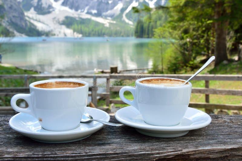 Cappuccino con i precedenti meravigliosi del lago Braies - dolomia - l'Italia fotografia stock