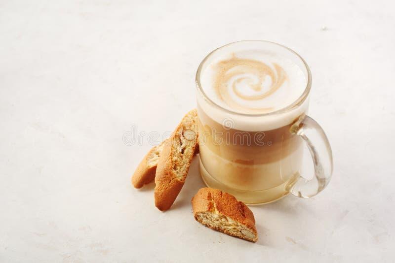 Cappuccino con il biscotti o cantucci su una tavola bianca fotografia stock