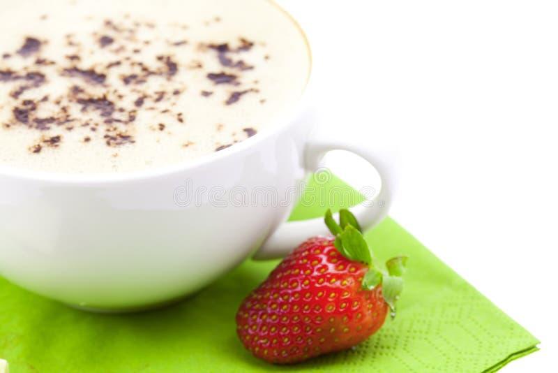 Cappuccino con l'isolato delle fragole e del cioccolato immagine stock