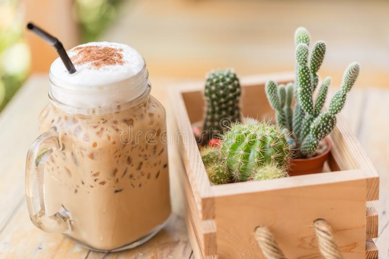 Cappuccino congelado com o cacto no tom da cor do vintage da cafetaria Café e conceito do passatempo foco ascendente e macio do f fotos de stock