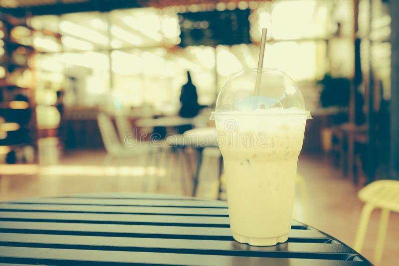 Cappuccino congelado do café no copo afastado fotografia de stock