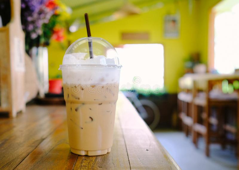 Cappuccino congelado do café no copo afastado foto de stock