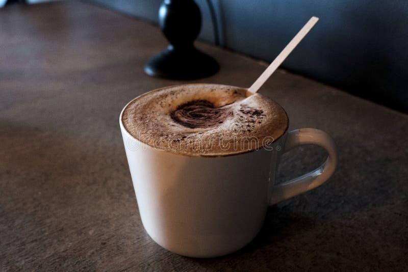 Cappuccino dans une tasse de terre d'articles photographie stock