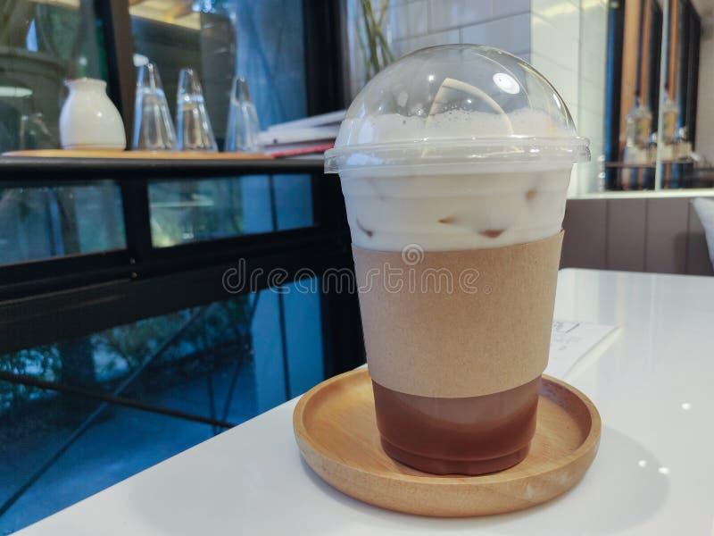 Cappuccino de glace en verre en plastique image stock