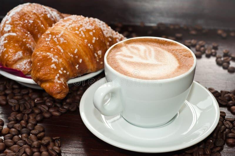 Cappuccino de los bollos de leche e fotos de archivo