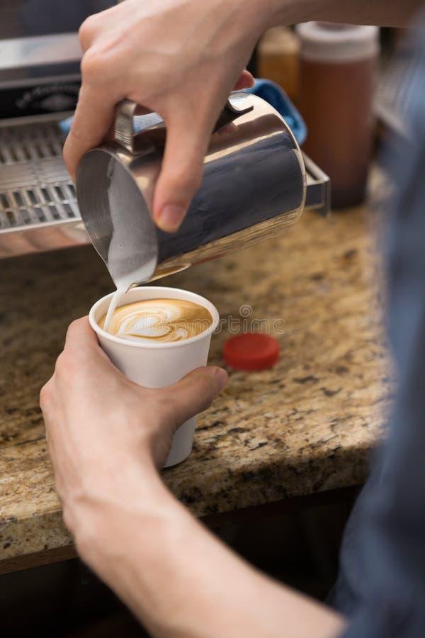Cappuccino de Making Design On de barman dans Coffeeshop photographie stock libre de droits