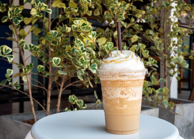 Cappuccino die in plastic kop wordt gemengd Gediend met slagroom Verfrissingdrank Favoriete cafe?nedrank royalty-vrije stock foto's