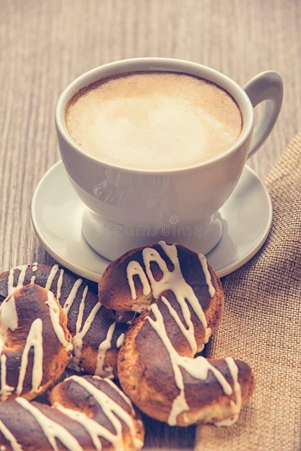 Cappuccino e biscotti immagini stock libere da diritti