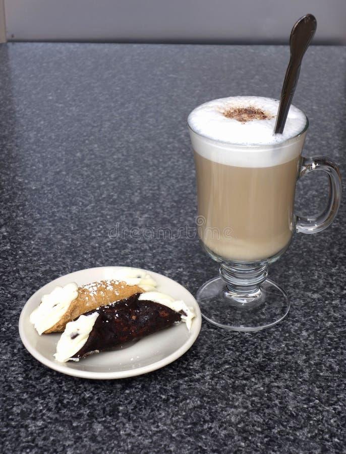 Cappuccino e cannoli in poca Italia, New York fotografia stock