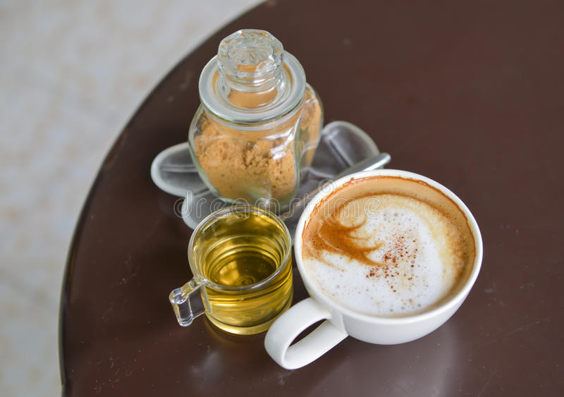 Cappuccino e chá do açúcar mascavado fotografia de stock